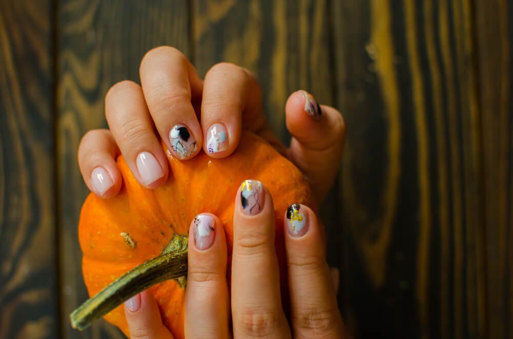 Nail art holding pumpkin